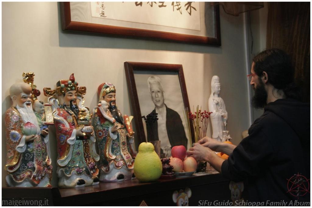 Durante il rito degli antenati, in onore del Gran Maestro Wong Wu Fonf, nella casa privata del suo Maestro (Cina, Guangzhou, 2008)